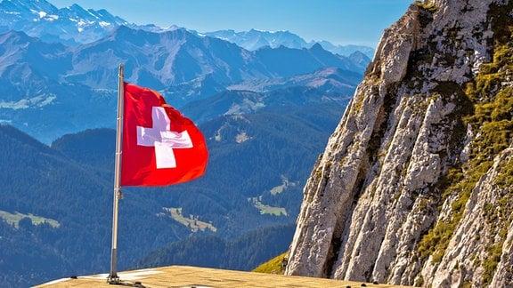 Flagge der Schweiz auf einem Berg