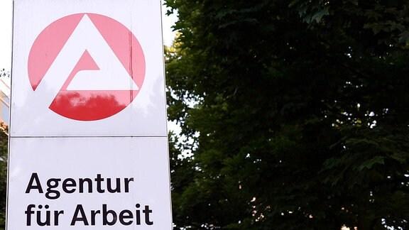 Schild vor einem Gebäude mit der Aufschrift ''Agentur für Arbeit''.