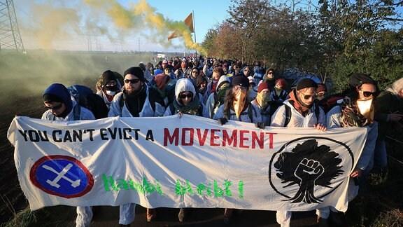Umweltaktivisten des Aktionsbündnis Ende Gelände verlassen in einem Demonstrationszug ihr Lager in Düren in Richtung des Tagebaus Hambach.