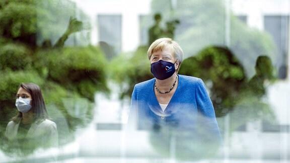 Bundeskanzlerin Angela Merkel auf dem Weg zur Pressekonferenz.