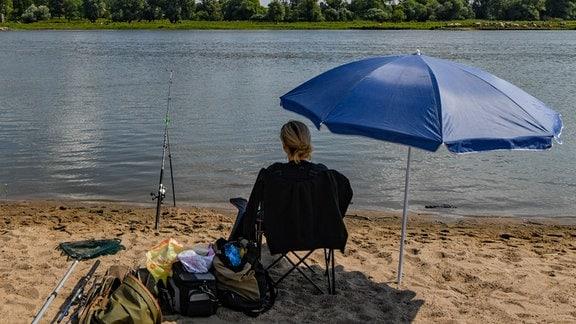 Anglerin an der Oder