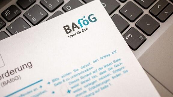 Symbolbild - Bafög-Antrag auf Laptop