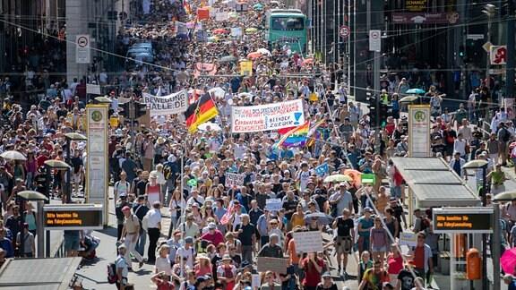 Tausende ziehen bei der Demonstration gegen Corona-Maßnahmen über die Friedrichstraße.