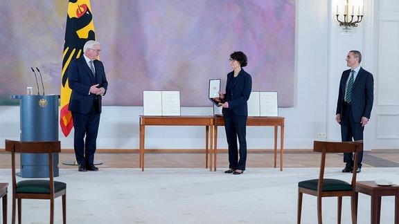 Verleihung des Bundesverdienstkreuz an die Biontech Gründer Ugur Sahin und Özlem Türeci.