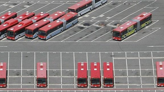 Luftbildaufnahme - Busse stehen nebeneinander im Busdepot.