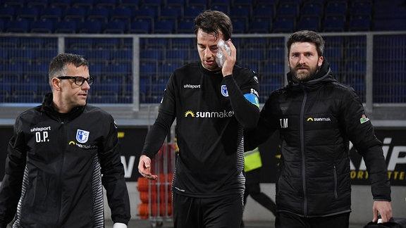 Christian Beck (1. FC Magdeburg), mi., scheidet mit einer schweren Gesichtsverletzung aus.