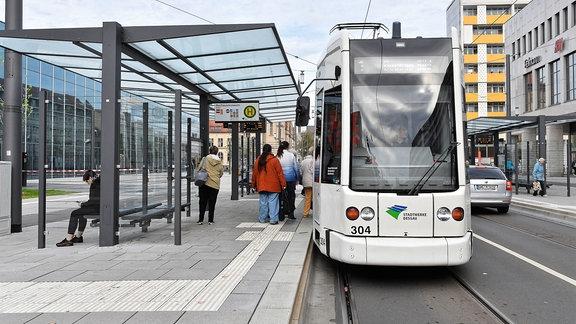 Straßenbahn an Haltestelle in Dessau.