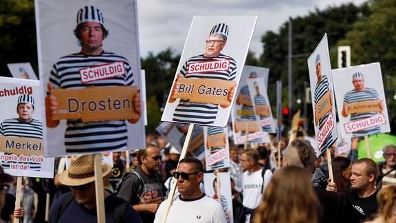 Demonstranten verschiedener Gruppierungen wie etwa der Initiative Querdenken 711 protestierten mit einer Groߟdemonstration in Berlin gegen die bestehenden Maߟnahmen zur Eindämmung der Corona-Pandemie.