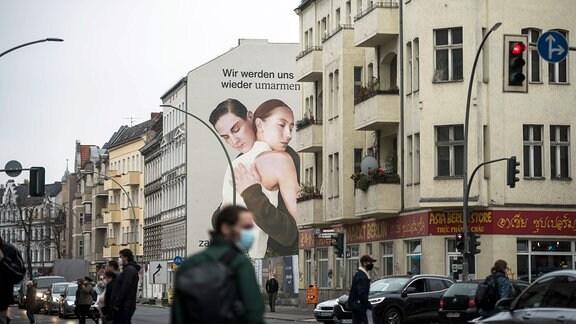 Ein Werbebild von Zalando mit zwei sich umarmenden Menschen in Berlin Neukölln.