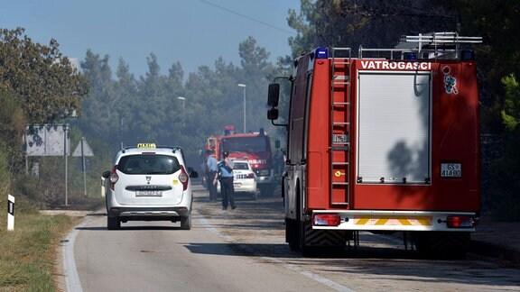 Einsatzfahrzeuge von Feuerwehr und Polizei bei Großbrand am Zrce Strand in Novalja, Insel Pag Kroatien.