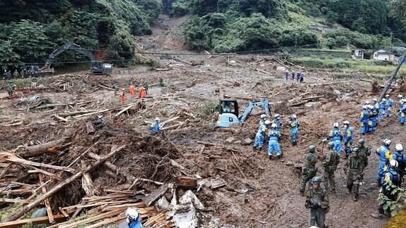 Auswirkungen nach sintflutartigen Regenfällen im Südwesten Japans.