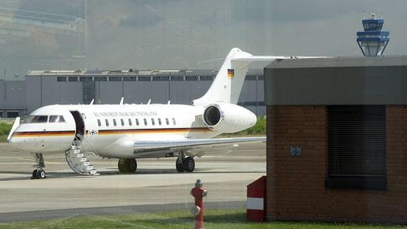 Ein Flugzeug der Flugbereitschaft der Bundeswehr steht auf dem Vorfeld.