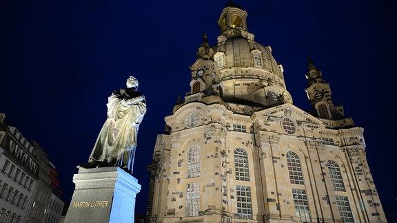 Hell erleuchtet ist das Luther-Denkmal vor der Frauenkirche auf dem Neumarkt anlässlich der Live-ܜbertragung der Weihnachtlichen Vesper aus der Frauenkirche.