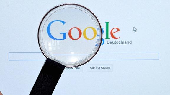 Google-Suche im Browser durch eine Lupe betrachtet.