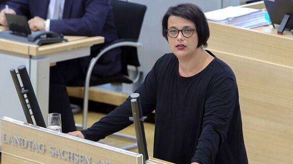 Die Abgeordnete Henriette Quade (Die Linke) spricht im Plenarsaal des Landtages.