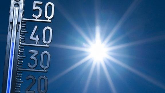 Ein Thermometer zeigt über 40 Grad Celsius an.