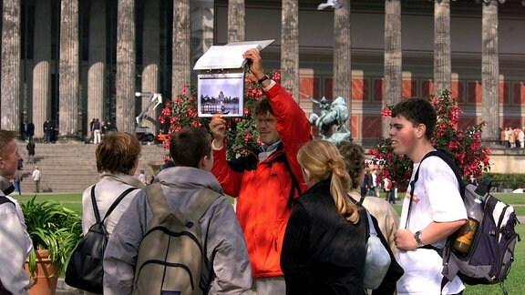 Schülergruppe mit ihrem Lehrer vor dem Alten Museum in Berlin