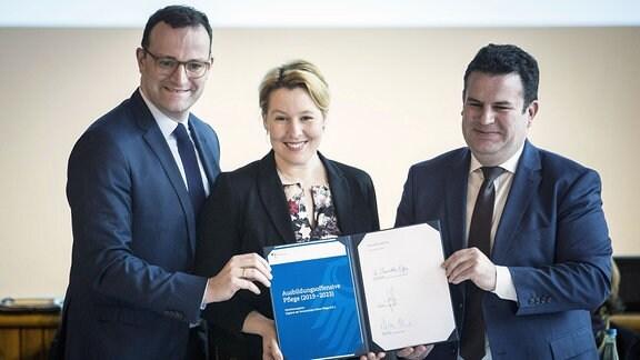 Bundesfamilienministerin Franziska Giffey (M), SPD, Bundesgesundheitsminister Jens Spahn (L), CDU, und Bundesarbeitsminister Hubertus Heil (R), SPD.