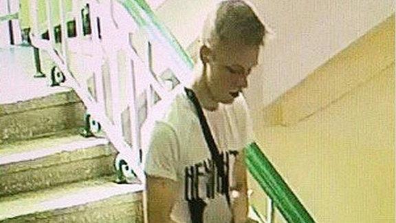 Ein junger Mann mit einem Gewehr.