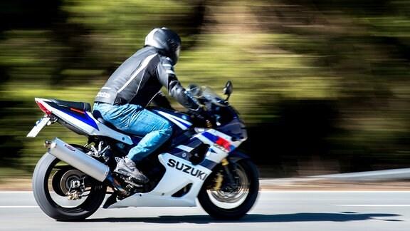 Ein Motorradfahrer fährt auf der Bundesstraße B27 mit hoher Geschwindigkeit.