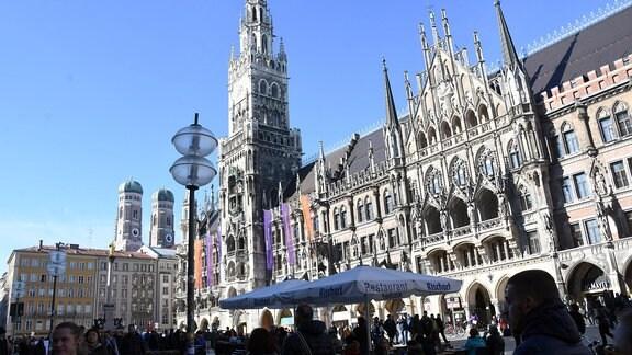 Rathaus mit Beflaggung zum Frauentag in München.