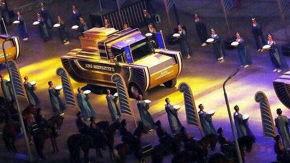 Die Kutsche mit der Mumie von Pharao Amenhotep II.  fährt als Teil der Parade vom Ägyptischen Museum auf dem Tahrir-Platz in Kairo ab.