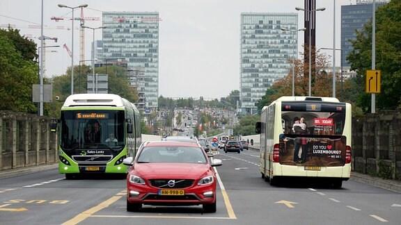 Busse und Autos in Luxemburg.