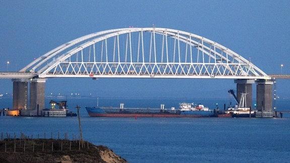 Öltanker blockiert Brücken-Durchfahrt an der Straße von Kertsch