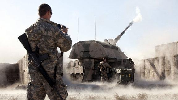 US-Soldat filmt Abschuss einer Panzerhaubitze 2000 der Bundeswehr im Bundeswehrcamp Mazar e-Sharif