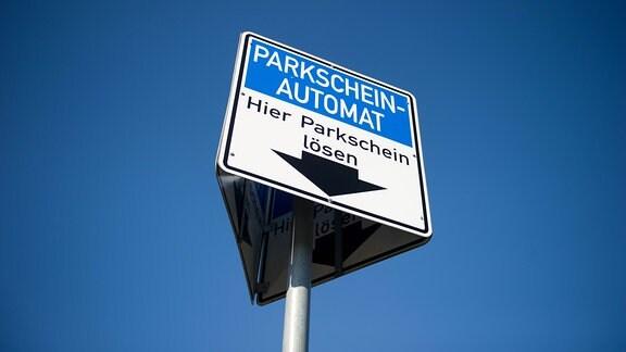 Ein Schild mit der Aufschrift ''Parkscheinautomat. Hier Parkschein lösen''.