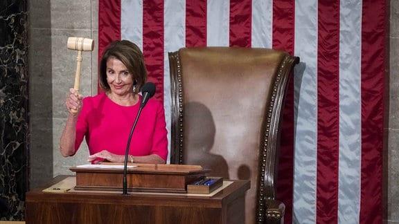 Nancy Pelosi übernimmt nach Wahl zur Vorsitzenden des US-Repräsentantenhauses den Hammer.