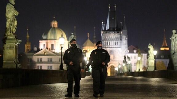 Polizisten laufen durch das Zentrum von Prag während des Abends.