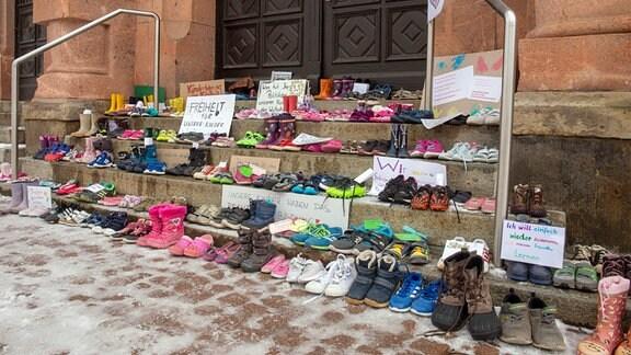 Nahezu in jeder Kommune stehen verlassene Schuhe vor den Rathäusern. Dazu wurden zahlreiche Plakate angebracht.
