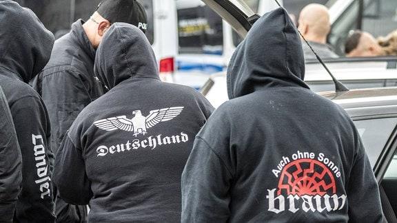 Teilnehmer werden von Polizisten vor dem Veranstaltungsgelände Hotel Neisseblick an der Grenze zu Polen kontrolliert.