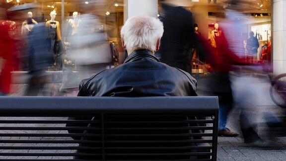 Ein Rentner auf einer Bank