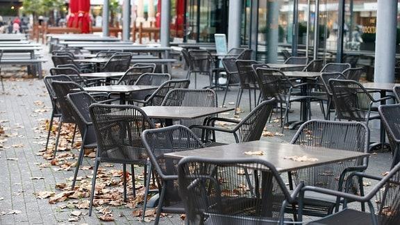 Leere Sühle vor einem Restaurant.