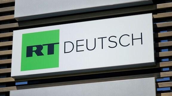 Schild von RT Deutsch am Studio.