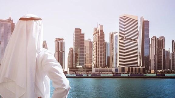 Mann schaut in Richtung Dubai