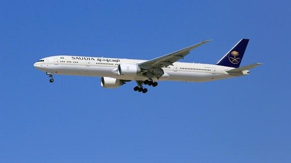 Eine Boeing 777-300 der Saudia mit der Registrierung HZ-AK40 landet auf dem Flughafen Dubai (DXB) in den VAE.