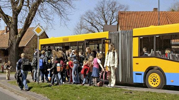 Schüler stehen vor einem Bus