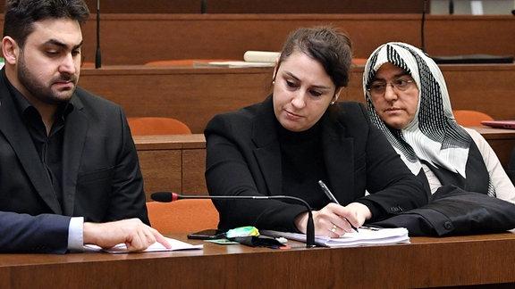 Abdul Kerim Simsek (2.v.l.) und Adile Simsek (2. v.r.), Sohn und Witwe vom NSU Opfer Enver Simsek und ihre Anwältin Seda Basay-Yildiz (Mitte) warten im Landgericht in Muenchen auf den Beginn des 402. Verhandlungstages im NSU-Prozess.