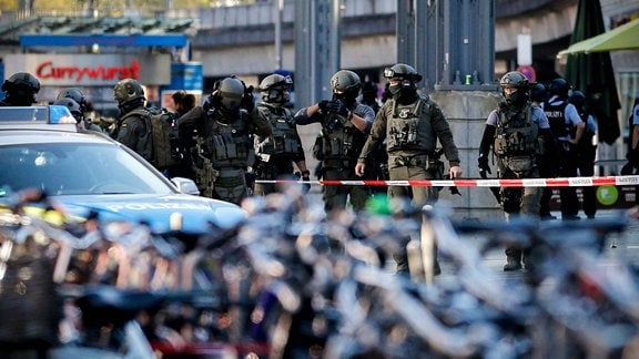 SEK-Beamte nach Geiselnahme vor dem Hauptbahnhof in Köln