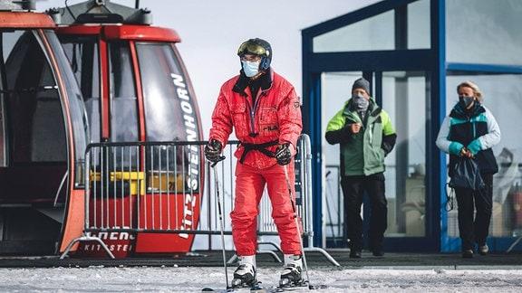 Skifahrer mit Maske vor Skilift in Kaprun Österreich
