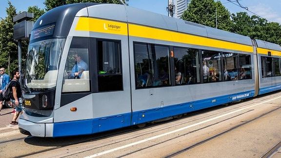 Eine Straßenbahn der Leipziger Verkehrsbetriebe (LVB) in der Innenstadt der Messestadt.