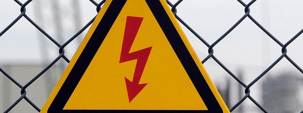 Vor Hochspannung warnt ein Schild vor dem Umspannwerk