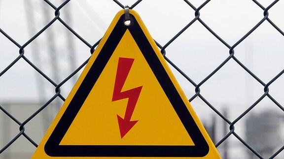 Vor Hochspannung warnt ein Schild vor dem Umspannwerk.