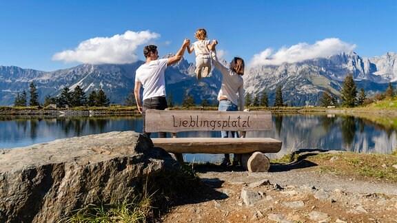 Junge Familie an Bergsee in Tirol, Österreich
