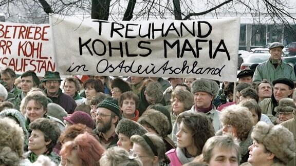 Demonstration gegen die Treuhand-Anstalt am Alexanderplat - Auf dem Schild steht -Treuhand, Kohls Mafia in Ostdeutschland.
