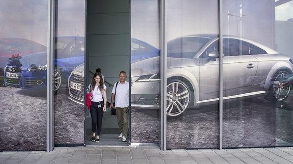 zwei Personen verlassen das Audi-Werk im ungarischen Györ