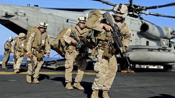 US Marines vor einem CH-53E Super Stallion Helicopter an Bord der USS Makin Island.